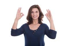 Lächelnde Frau, die das Zeichen ausgezeichnet mit den Fingern zeigt. Stockfotos