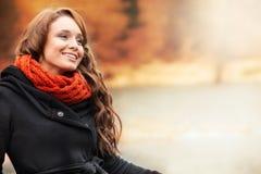 Lächelnde Frau, die in der Herbstlandschaft steht Lizenzfreies Stockfoto