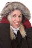 Lächelnde Frau, die in der Kälte im Winter mit warmer Kleidung einfriert Lizenzfreie Stockfotos