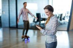 Lächelnde Frau, die digitale Tablette verwendet Lizenzfreies Stockbild