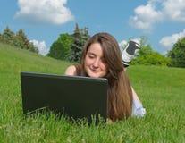 Lächelnde Frau, die draußen einen Laptop verwendet Stockfoto