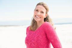 Lächelnde Frau, die eine reizende rosa Spitze trägt Lizenzfreie Stockfotos