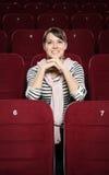Lächelnde Frau, die einen Film wartet Stockfotos
