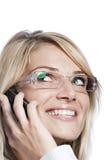 Lächelnde Frau, die einen Handy verwendet Stockfotos