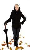 Lächelnde Frau, die einen Regenschirm anhält Lizenzfreie Stockfotos
