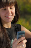 Lächelnde Frau, die einen Text liest lizenzfreie stockfotos