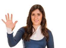 Lächelnde Frau, die fünf Finger zeigt Stockfotografie