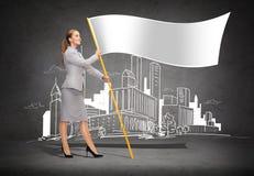 Lächelnde Frau, die Fahnenmast mit weißer Flagge hält Stockbilder