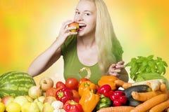 Lächelnde Frau, die Frucht isst Stockfoto