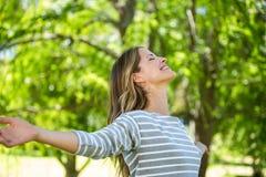 Lächelnde Frau, die heraus ihre Arme ausdehnt Lizenzfreie Stockfotos