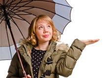 Lächelnde Frau, die heraus ihre Hand anhält Lizenzfreie Stockfotografie