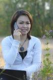 Lächelnde Frau, die intelligentes Telefon spricht Stockfoto