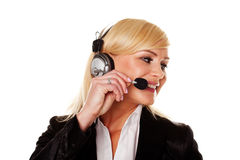 Lächelnde Frau, die Kopfhörer und Mikrofon verwendet stockbilder