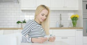 Lächelnde Frau, die Kreditkarte und Telefon verwendet Stockbilder