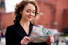 Lächelnde Frau, die Kremlin in Moskau bereitsteht lizenzfreie stockfotos