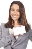 Lächelnde Frau, die leere Karte anhält Lizenzfreie Stockfotografie