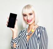 Lächelnde Frau, die leeren Kopien-Raum am Handy zeigt Lizenzfreies Stockbild