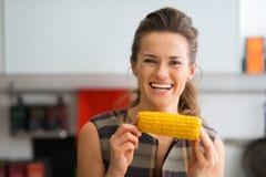 Lächelnde Frau, die Maiskolben hält lizenzfreies stockfoto
