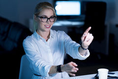 Lächelnde IT-Frau, die mit modernen Technologien arbeitet Stockfoto