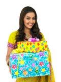 Lächelnde Frau, die mit zwei Geschenkkästen steht Stockfoto