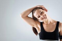 Lächelnde Frau, die nach der Ausbildung sich entspannt stockfotografie