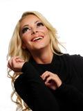 Lächelnde Frau, die oben schaut Stockfotos