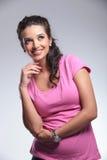 Lächelnde Frau, die oben und Denken schaut Stockfotos