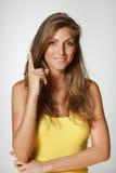 Lächelnde Frau, die oben zeigt Lizenzfreie Stockfotos
