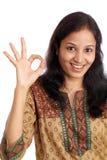 Lächelnde Frau, die OKAYzeichen zeigt Lizenzfreies Stockbild