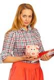 Lächelnde Frau, die piggybank anhält Stockbild