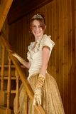 Lächelnde Frau, die Retro Kleid trägt Stockfoto