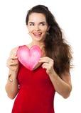 Lächelnde Frau, die rotes Liebesherz hält. Lizenzfreies Stockfoto