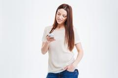 Lächelnde Frau, die Smartphone verwendet Lizenzfreie Stockbilder