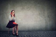 Lächelnde Frau, die am Telefon spricht lizenzfreie stockbilder
