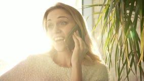 Lächelnde Frau, die am Telefon spricht Glückliche Frau haben bewegliches Gespräch stock video footage