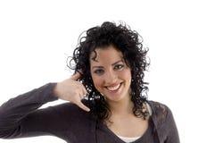 Lächelnde Frau, die Telefongeste zeigt stockbilder