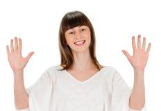 Lächelnde Frau, die zehn Finger zeigt Lizenzfreie Stockfotografie