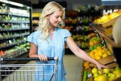 Lächelnde Frau, die Zitrone nimmt Lizenzfreies Stockfoto
