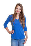 Lächelnde Frau in einem blauen Hemd und in den Jeans Stockbilder