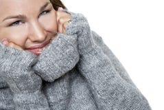 Lächelnde Frau in einer Strickjacke Stockfotos
