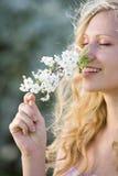Lächelnde Frau am Frühling stockfotos