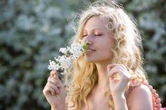 Lächelnde Frau am Frühling lizenzfreies stockbild