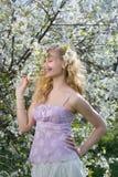 Lächelnde Frau am Frühling stockbild