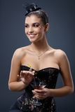 Lächelnde Frau im Abendkleid mit Cocktail Stockfotos