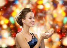 Lächelnde Frau im Abendkleid mit Diamanten Stockbild