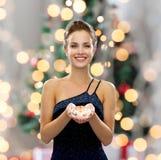 Lächelnde Frau im Abendkleid mit Diamanten Stockbilder