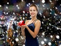 Lächelnde Frau im Abendkleid mit Geschenkbox Stockbilder
