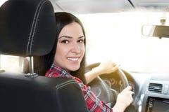 Lächelnde Frau im Auto Stockbild