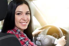 Lächelnde Frau im Auto Lizenzfreie Stockbilder