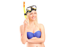 Lächelnde Frau im Badeanzug, der mit dem Schnorcheln der Maske aufwirft Stockbilder